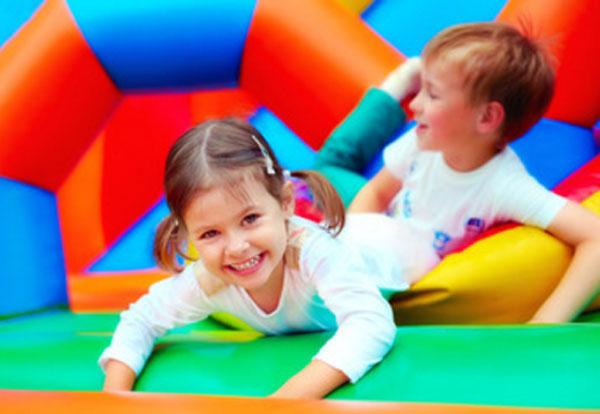 Мальчик и девочка веселятся на батуте