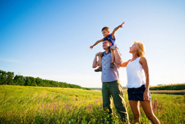 Счастливая семья на прогулке