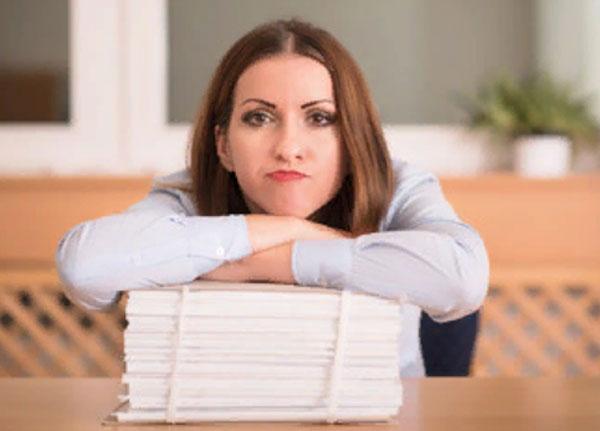 Женщина флегматик со стопкой бумаг