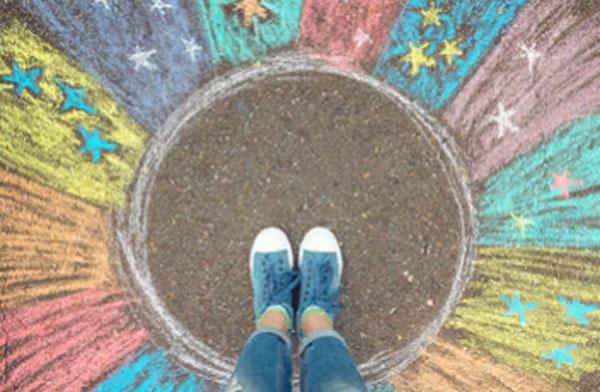 Девушка стоит в центре круга. Вокруг него звезды