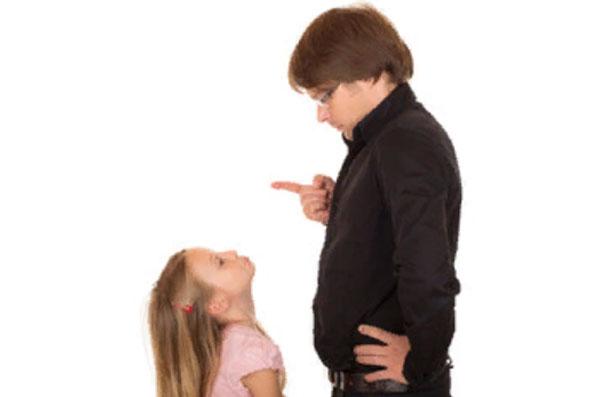 Папа что-то рассказывает дочери
