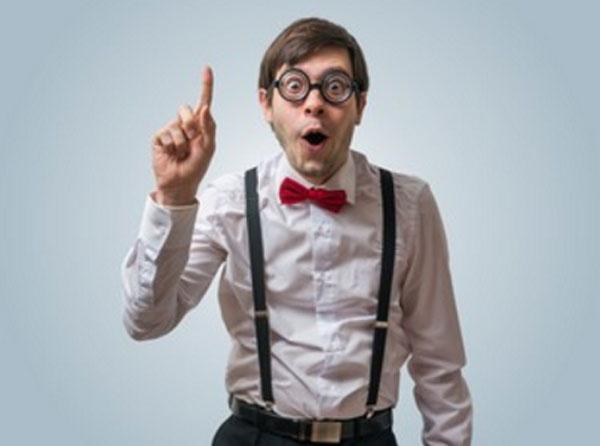 Мужчина в подтяжках и очках с поднятым вверх пальцем. Явно кого-то поучает
