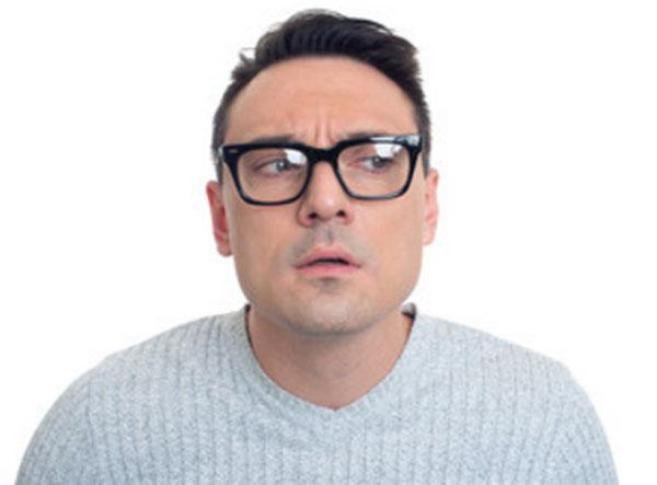 Неуверенный в себе мужчина в очках