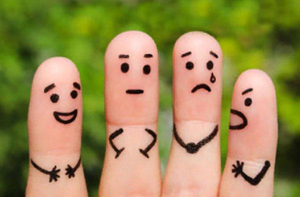 Четыре пальца, которые демонстрирую сангвиника, флегматика, меланхолика и холерика