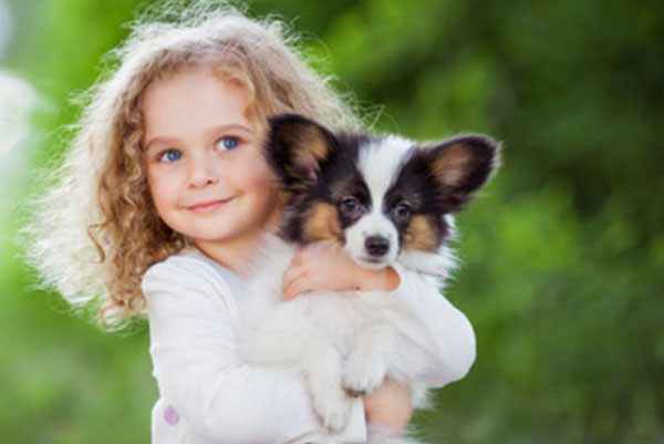 Девочка держит на руках щеночка