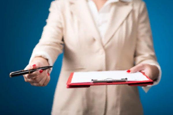 Женщина протягивает планшетник с бумагой и ручку