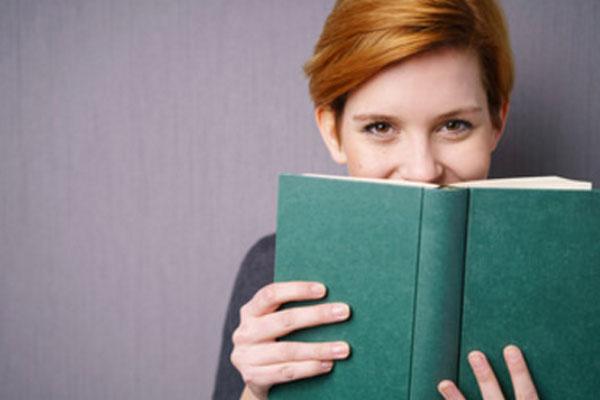 Улыбающаяся девушка с книжкой в руках