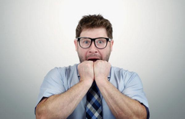 Мужчина в испуге и тревоге