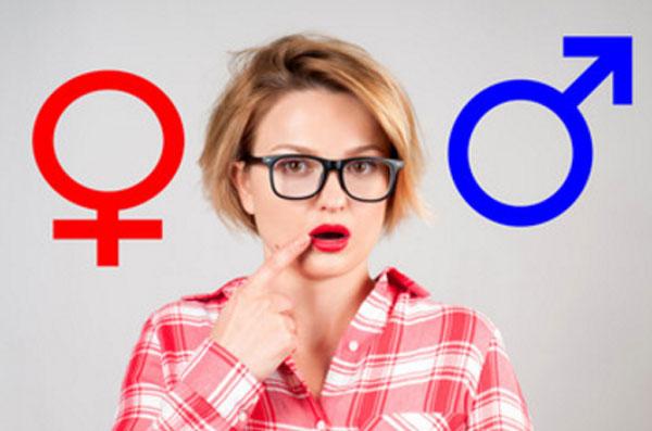 Девушка в очках. По бокам от нее символ мужского и женского начала