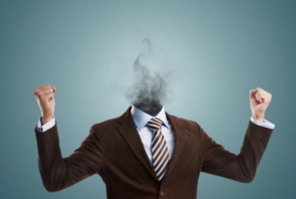 У мужчины в костюме вместо головы дым