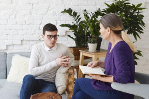 Мужчина в очках общается с психологом