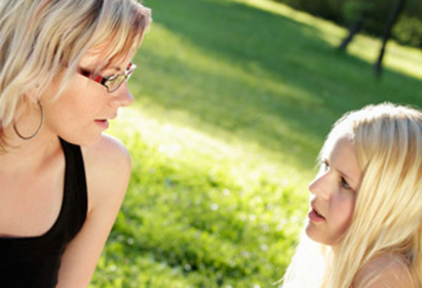 Женщина общается с подростком