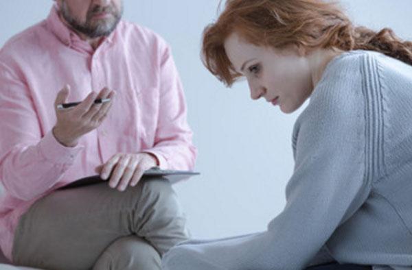 Психиатр общается с женщиной, которая плохо выглядит