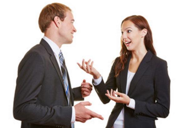 Парень с девушкой в костюмах пытаются разговаривать