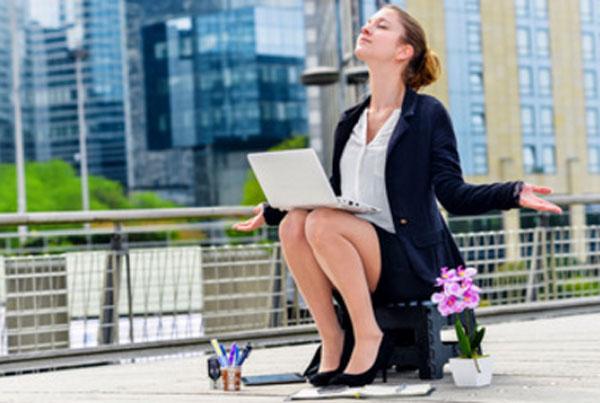 Девушка переместила свое рабочее место на крышу офиса