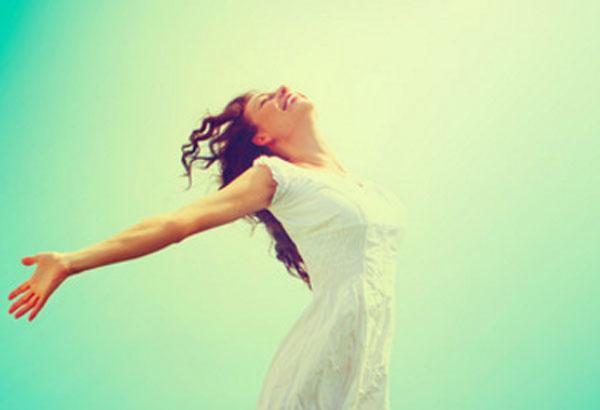 Счастливая женщина радуется своей жизни