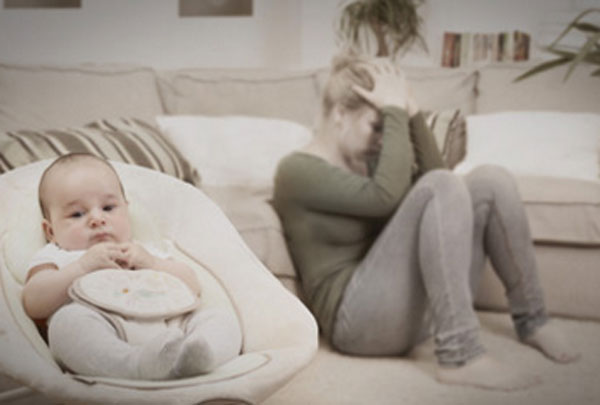На переднем плане ребенок. На заднем мама сидит на полу и держится за голову