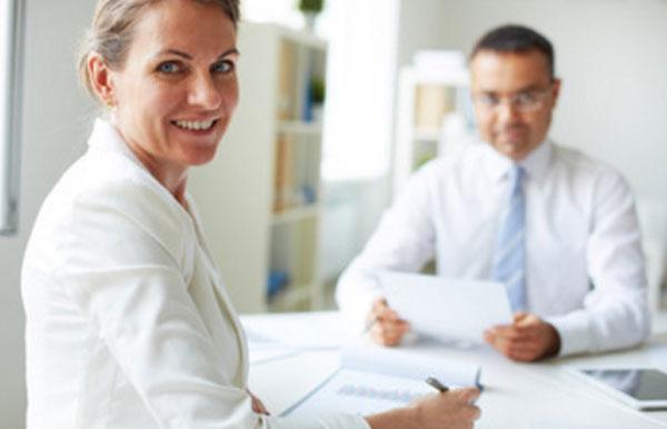 Мужчина и женщина сидят в кабинете