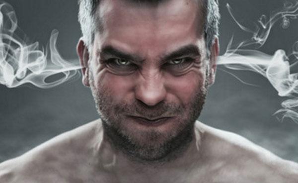 Злой мужчина, у которого злость идет из ушей в виде дыма