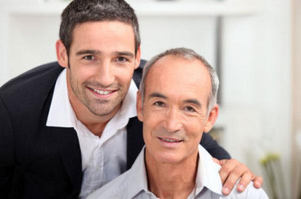 Пожилой отец и взрослый сын