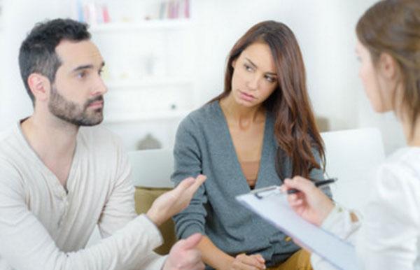 Муж и жена на приеме у психотерапевта