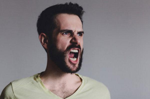 Агрессивный мужчина кричит
