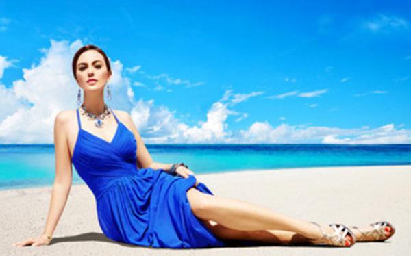 Девушка в синем платье на берегу