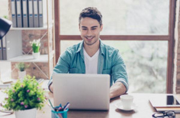 Мужчина проходит тестирование, сидя за ноутбуком