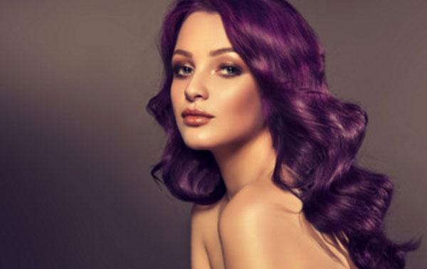 Красивая девушка с фиолетовыми волосами