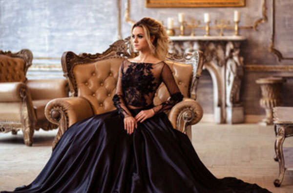 Девушка в вечернем черном платьи