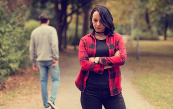 Расстроенная девушка. Уходящий парень