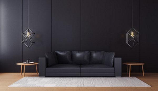 Комната с черной стеной и черным диваном