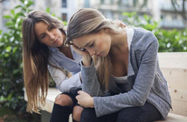 Две девушки сидят на улице. у одной депрессия. Вторая пытается ее успокоить