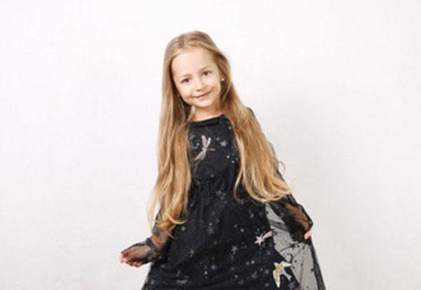 Девочка в черном платьи