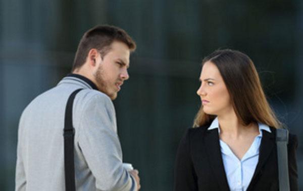 Парень и девушка зло смотрят друг на друга