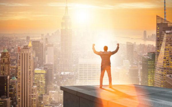 """Мужчина стоит на крыше дома. Радуется своей """"власти"""""""