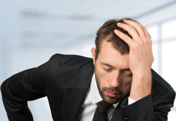 Мужчина в костюме в состоянии депрессии