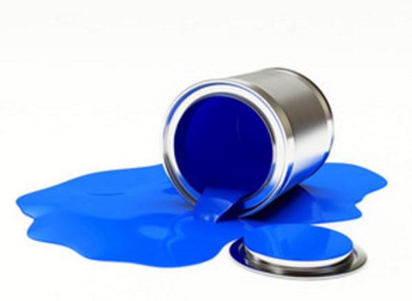 Перевернутая металлическая банка, с которой вытекает синяя краска