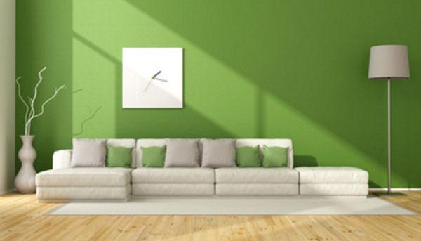 Комната с зеленой стеной и зелеными подушками на диване