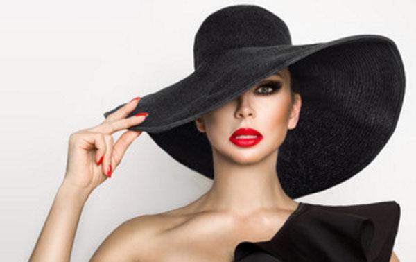 Женщина в черной шляпе с ярко красными губами