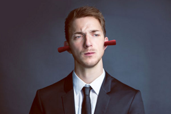 Мужчина с затычками в ушах