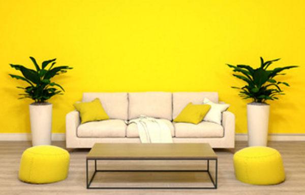 Комната с желтыми стенами, подушками и пуфиками