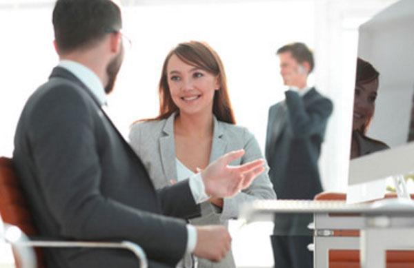 Женщина общается с коллегой по работе