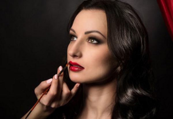 Женщине делают макияж