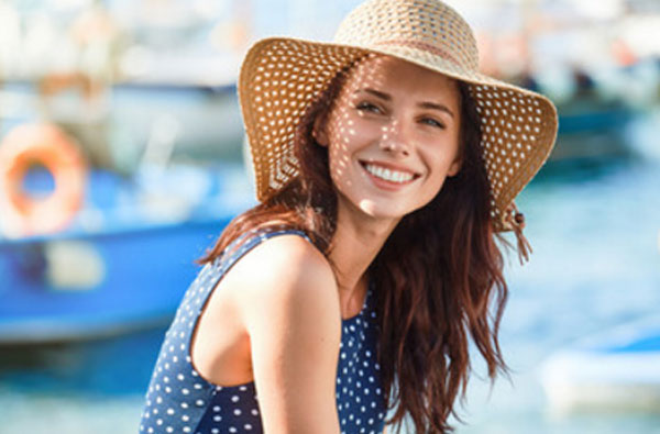Счастливая девушка в шляпке
