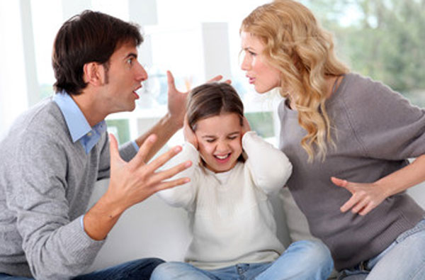 Родители ругаются. Девочка сидит между ними, закрывает уши