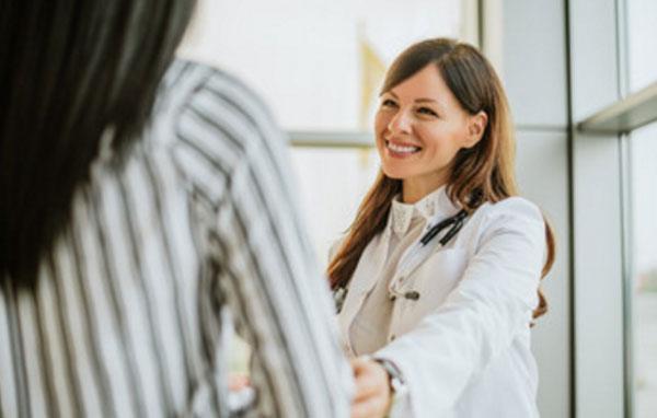Доктор улыбается, глядя на пациентку