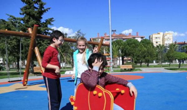 Мальчика обижают другие дети на детской площадке