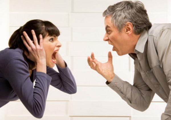 Женщина и мужчина кричат друг на друга