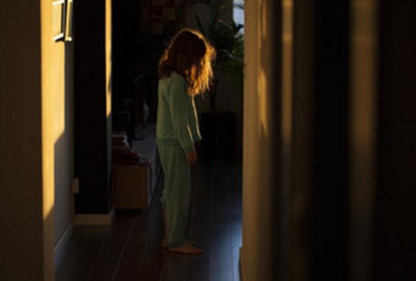 Девочка ходит в темноте